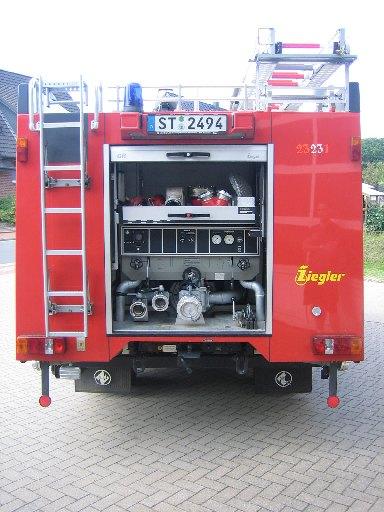 Rückseite (Pumpenstand) des Tanklöschfahrzeug 3000 (TLF 3000) des Löschzugs Velpe, ehem. TLF 16/25
